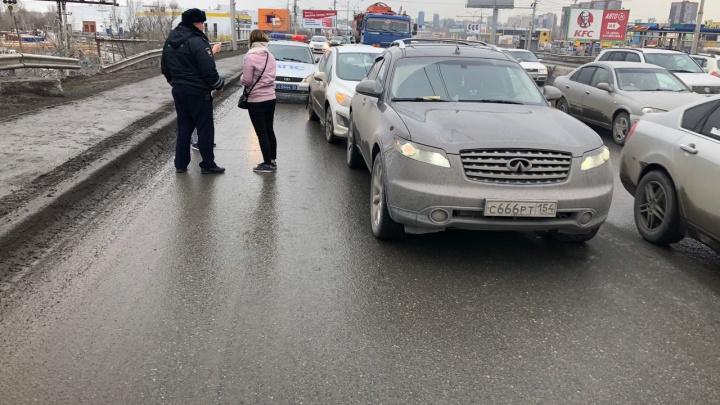 Авария с двумя машинами полностью перекрыла движение по Димитровскому мосту