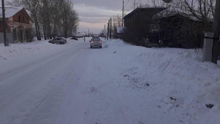 В Каргапольском районе водитель сбил двух несовершеннолетних девочек и скрылся с места ДТП