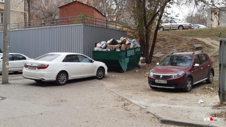 «Теперь три дня вонять будет»: в центре Волгограда автохам перекрыл подъезд к бункеру с мусором