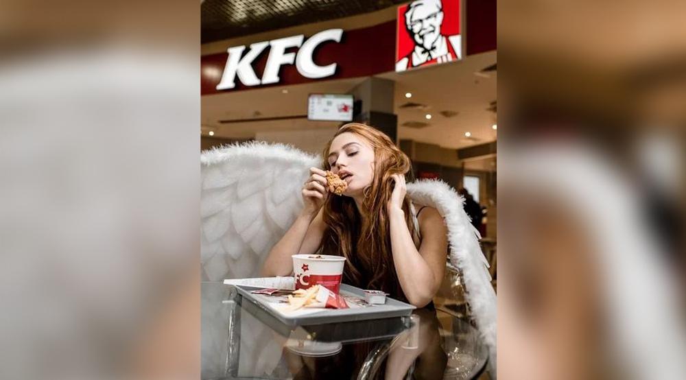 Девушка с крыльями ангела заказала порцию фастфуда