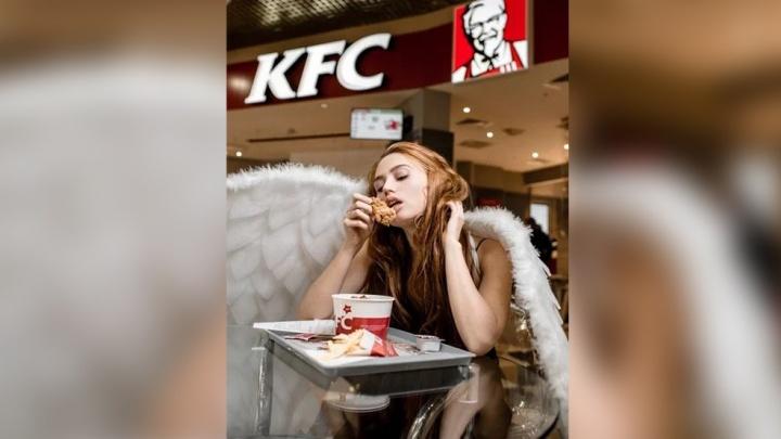 Посетителей новосибирского ТЦ шокировала девушка-ангел, которая ела крылышки KFC