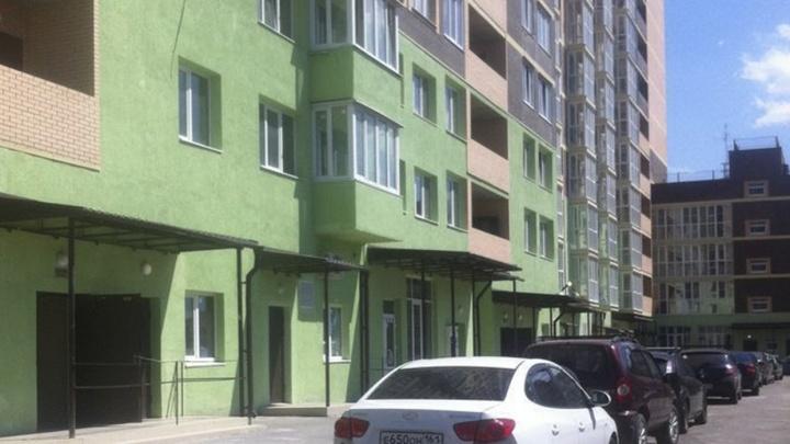 В Батайске из окна выпала девушка