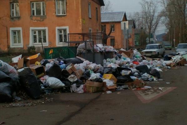 Утонувший в мусоре уголок Красноярска на правобережье