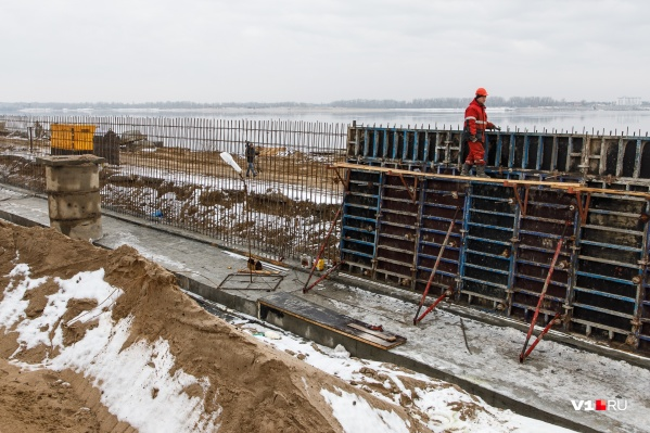 Строители работают на набережной в любых погодных условиях