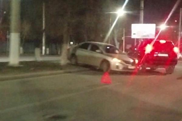 Два автомобиля оказались на разделительной полосе