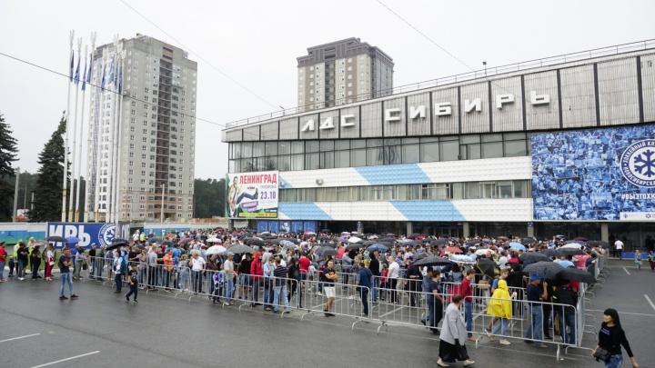 Сотни новосибирцев выстроились в очередь перед ЛДС, чтобы посмотреть на Кубок Стэнли