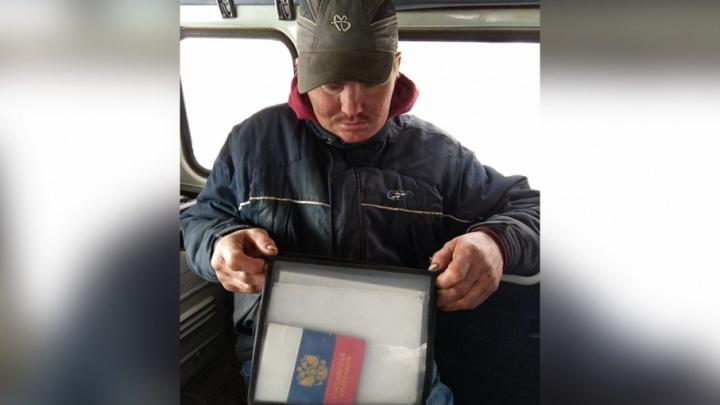 Бездомный спас челябинца, вернув ему найденные в мусоре документы