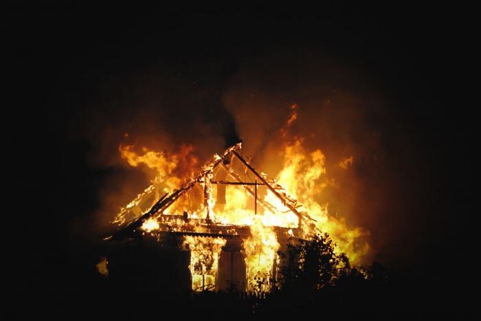 Соседи пытались потушить пожар из шлангов