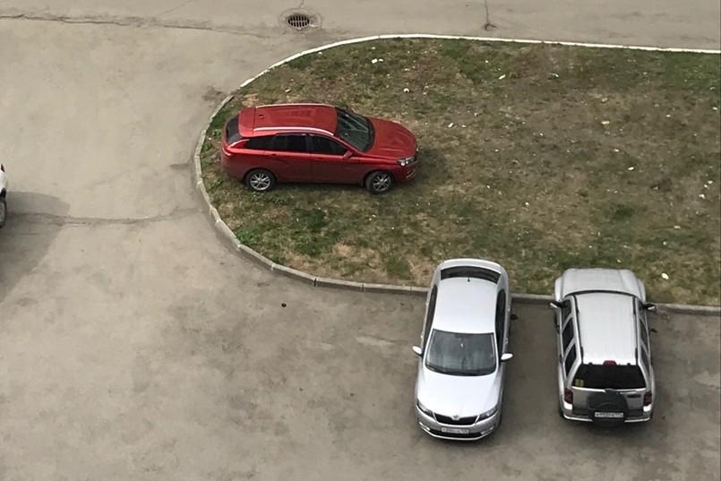 — Вот так паркуется «королева» двора на улице Звенигородской, — написал автор фото. Добавить нечего: все люди как люди, а тут явно потомок Таргариенов. Чуть наклонив снимок, можно увидеть в нём даже что-то фрейдистское