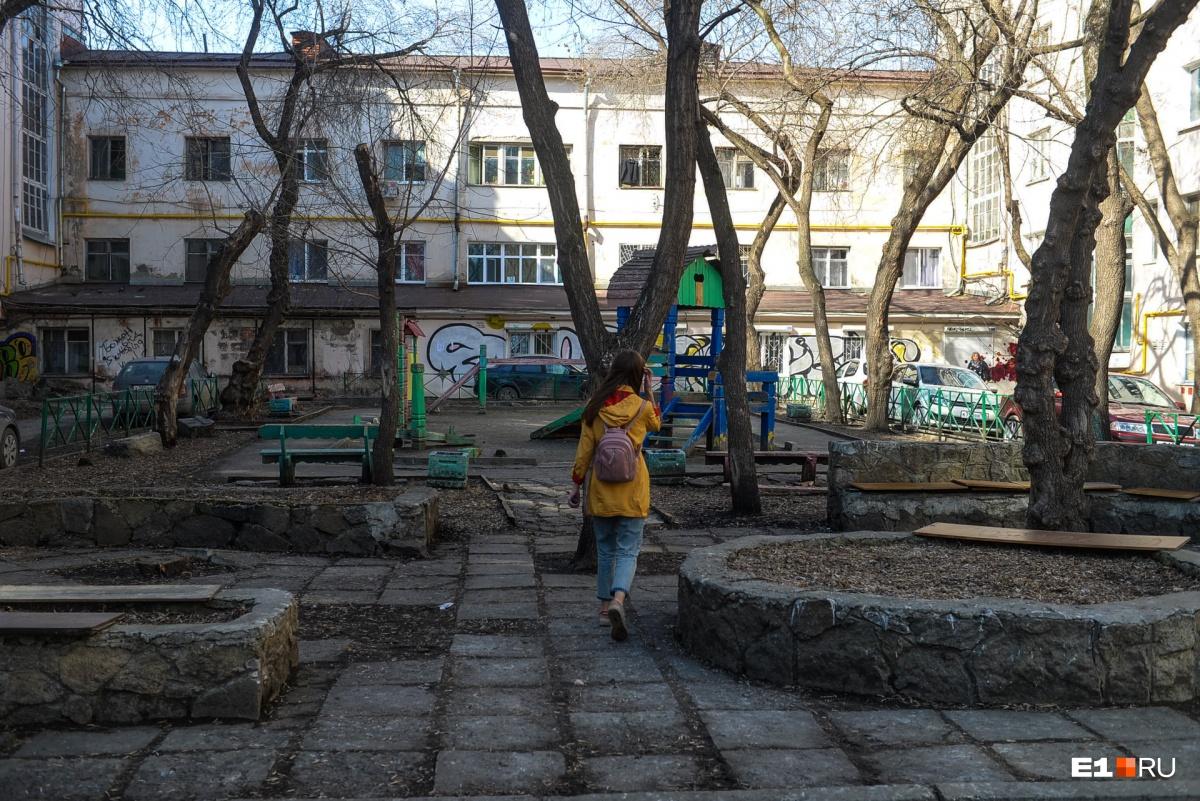 Попали во двор, где есть детская площадка