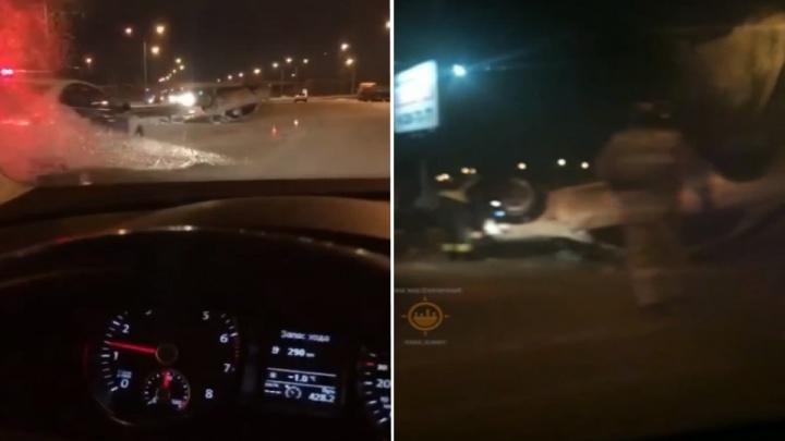 Мужчина угнал машину и устроил аварию с перевёртышем на Енисейском тракте