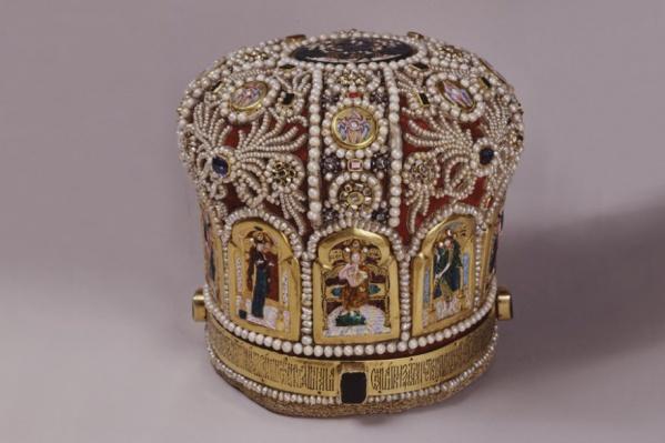 Этой митре с жемчугом и драгоценными вставками около 400 лет. Один из экспонатов будущей выставки