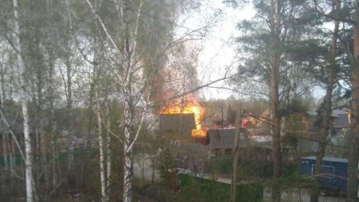 Под Тюменью во время пожара в дачном поселке погиб мужчина