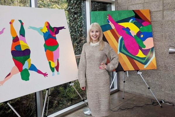 Наталья с картинами из коллекции «Пышка» (2017 год)
