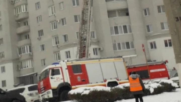 «Загорелся лифт»: в Волгограде эвакуировали жильцов многоэтажки из-за пожара