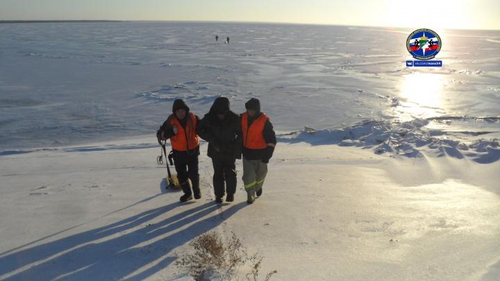 Спасатели вывезли со льда водохранилища рыбака без сознания
