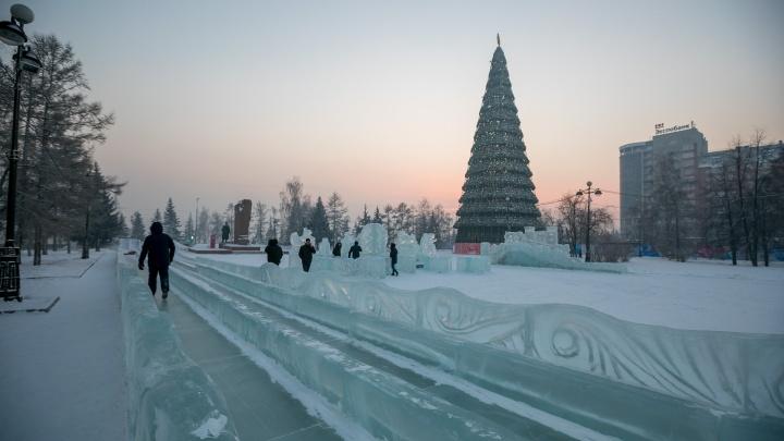 Самая длинная горка Красноярска растаяла из-за потепления. Ее убирают тракторами