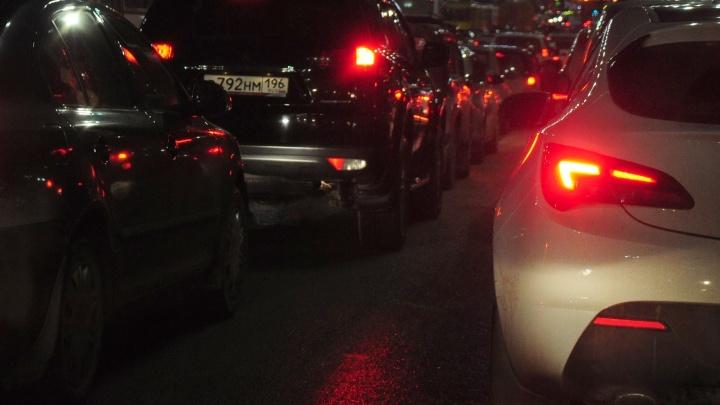 Водители встали в пробки из-за перекрытий в центре Екатеринбурга