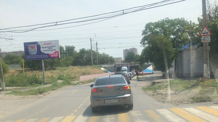 «Водитель спускает колеса»: в Волгограде фура-«великан» подперла низкий путепровод