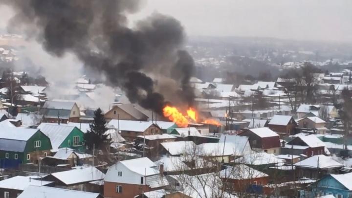 На пожар в районе улицы Нейбута выехали пятьдесят бойцов МЧС