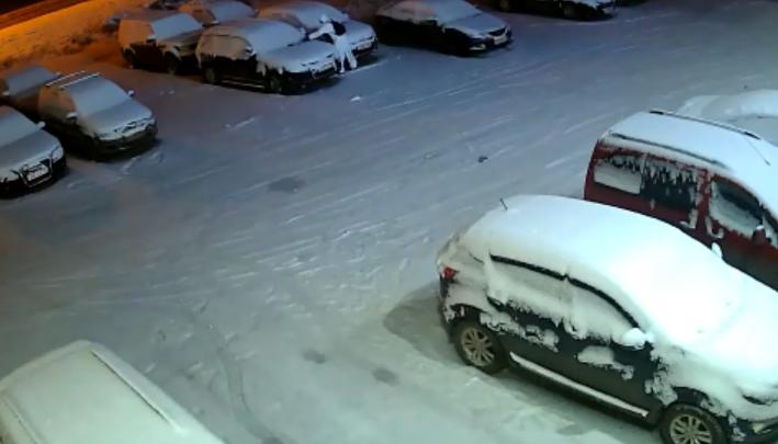 Стала известна личность мужчины в белом, который поджигал автомобили на парковке в Стерлитамаке
