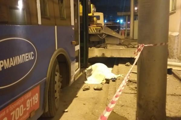 Троллейбус нечаянно уронил бетонный козырёк на двух людей
