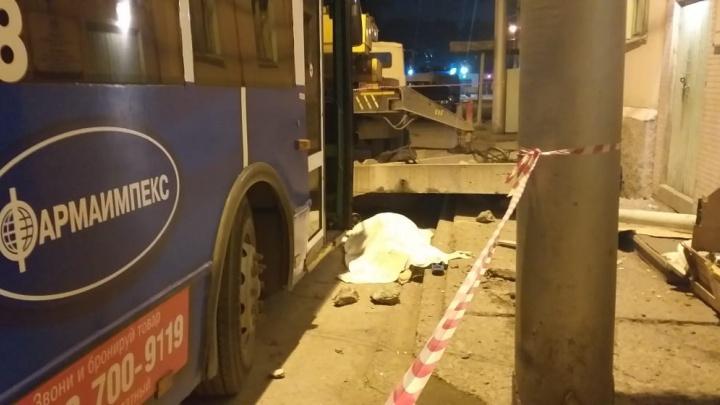 Хотел пошутить: троллейбус уронил бетонную плиту на кассира и диспетчера