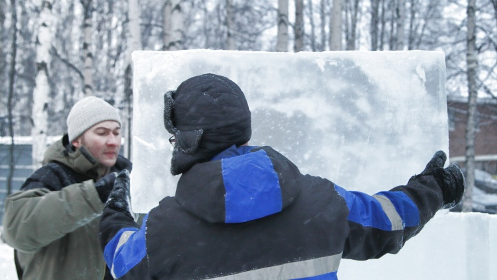 «Сложнее я ничего не делал изо льда»: как в Соломбале возводят «Арктическую сказку» весом в 40 тонн