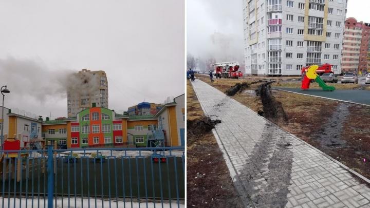 Омским пожарным пришлось ехать по тротуару, чтобы потушить пламя в многоэтажке на Светловской