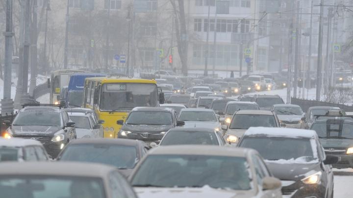 Из-за сильного снегопада Екатеринбург встал в десятибалльную пробку