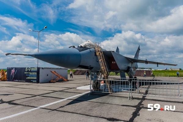 Во время взлета на одной взлетной полосе оказались гражданский лайнер и военный МиГ-31