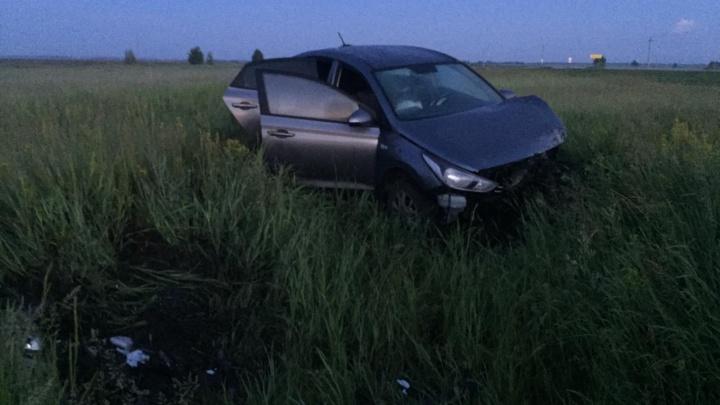 Под Омском с трассы вылетела иномарка с четырьмя пожилыми людьми — двое погибли