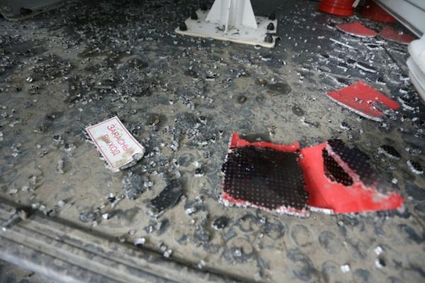 После выстрела весь салон медицинского автомобиля оказался усыпан осколками