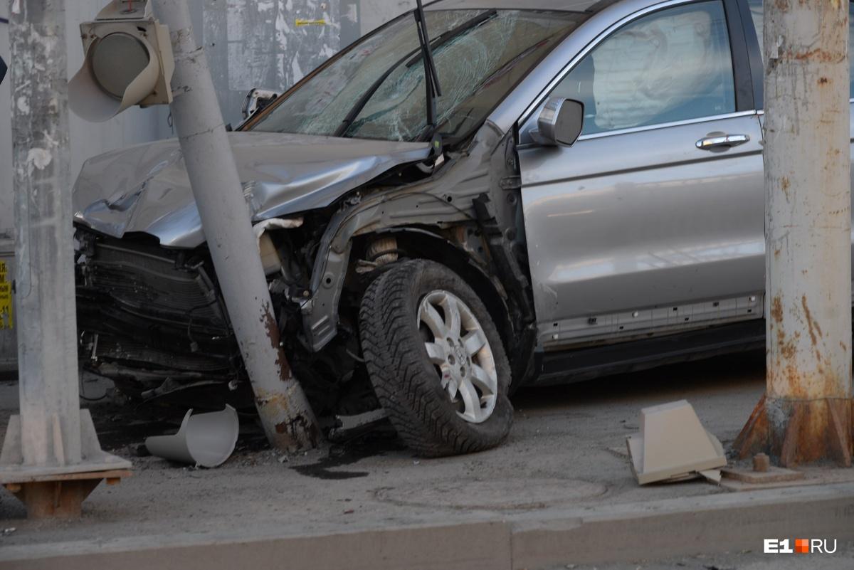 Как можно, имея большой стаж вождения, забыть, где находится педаль тормоза?