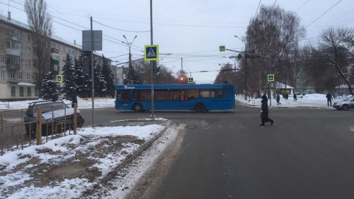 Без стоп-линий и сплошных: в Тольятти водитель «девятки» врезался в автобус