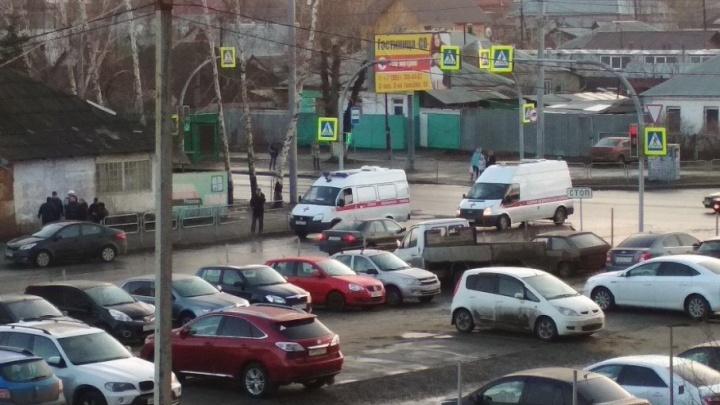 «Двоих увезли на скорой»: пассажиры напали на водителя челябинского такси