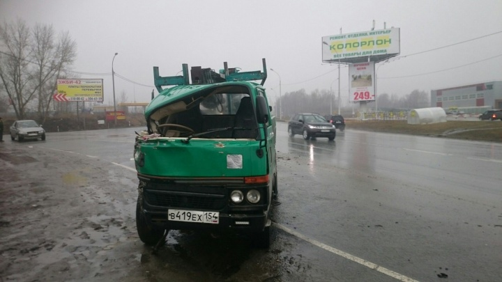 Грузовик перевернулся после столкновения с рейсовым автобусом под Новосибирском