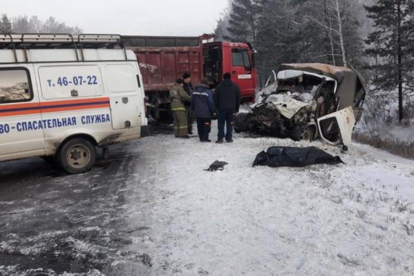 Водителя и пассажира «Газели» из искореженной кабины доставали спасатели