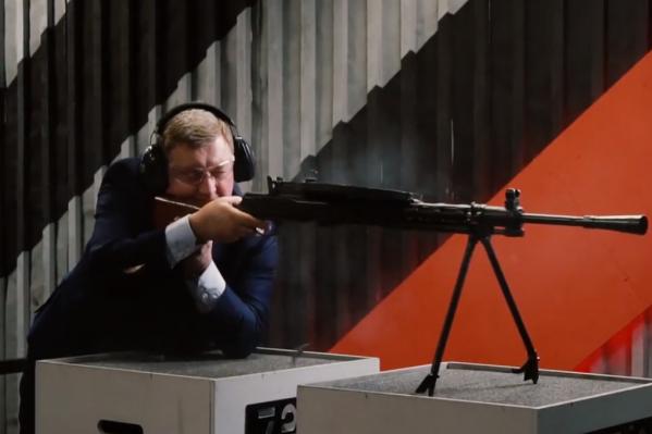 В поздравительном видео Анатолий Локоть стреляет из пулемёта ДП-27 и ППШ