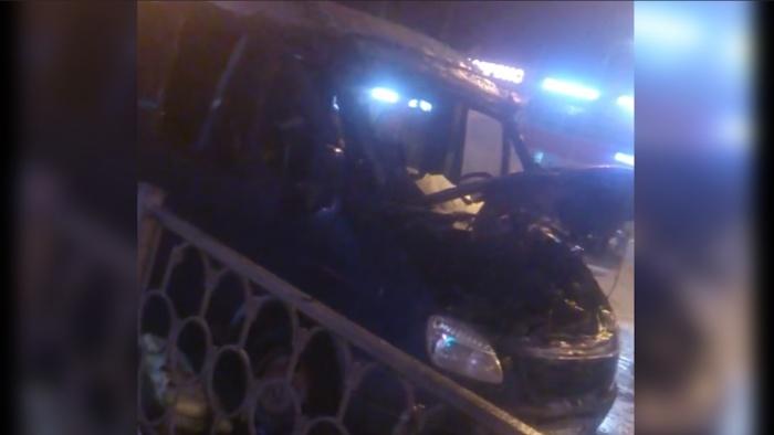 Пожар начался под капотом автомобиля