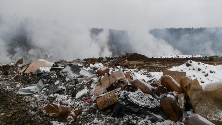 Как на вулкане: жители Уралмаша вторую неделю задыхаются от бесхозной горящей свалки