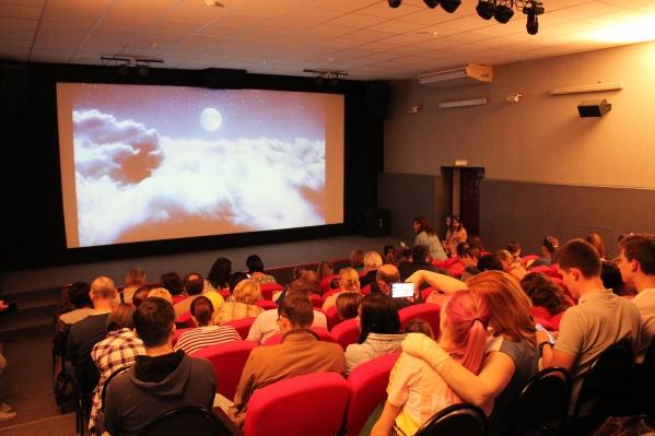 Премьера фильма «Главное — верить!» прошла в кинозале «Синема» с аншлагом: зрители заняли все проходы и место перед первым рядом