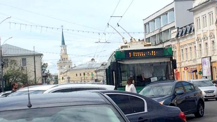 «Очень громкий удар»: в Ярославле троллейбус с пассажирами протаранил легковушку