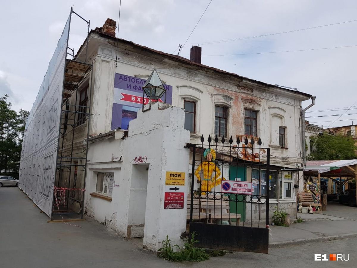 Здание старинной лаборатории в центре Екатеринбурга спрятали под баннер