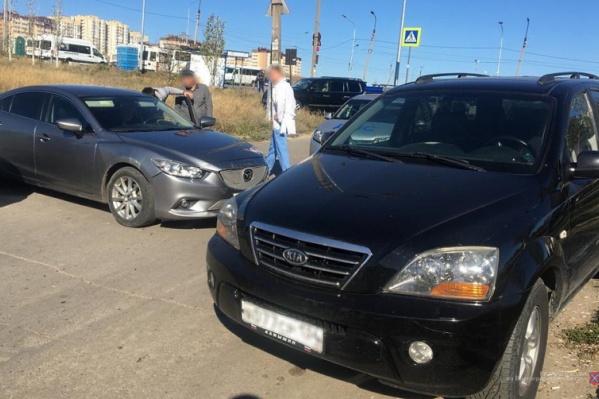 Иномарка покатилась по парковке и сбила водителя