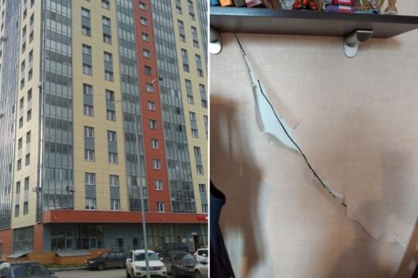 Высотка построена в 2017 году, справа на фото — трещины в квартире Александра