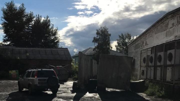 «Скорая» не проедет: бетонный забор перекрыл проезд к многоэтажке