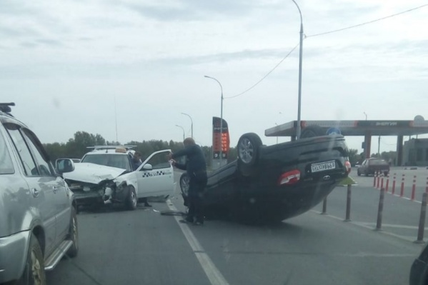 Один из автомобилей перевернулся от удара