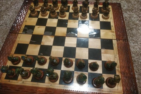 Шахматы были сделаны 10 лет назад, но, по словам владельца, находятся в идеальном состоянии