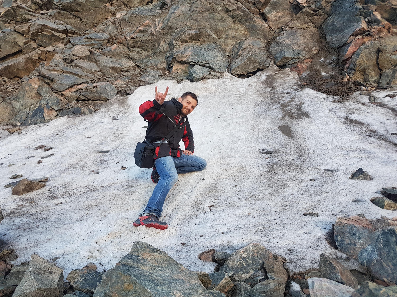Даже летом в горах можно найти снег